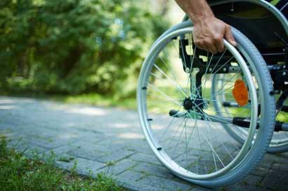 Clínica Bíblica donará 100 sillas de ruedas a niños y adultos