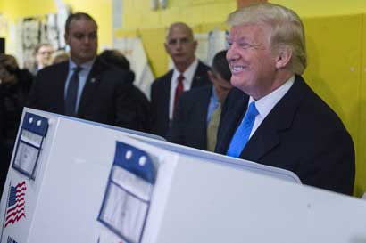 Donald Trump votó entre aplausos y abucheos