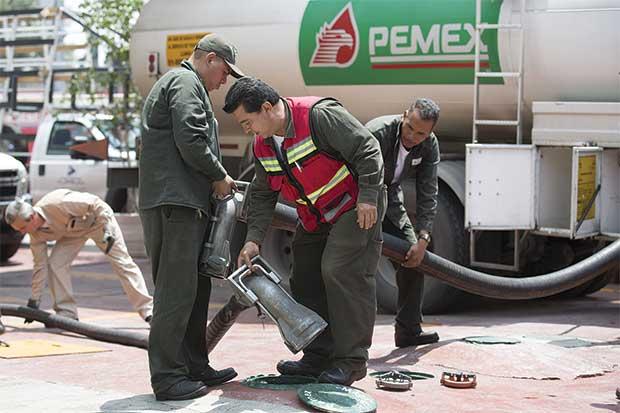 Petróleo sigue cayendo por temor a persistente sobreoferta