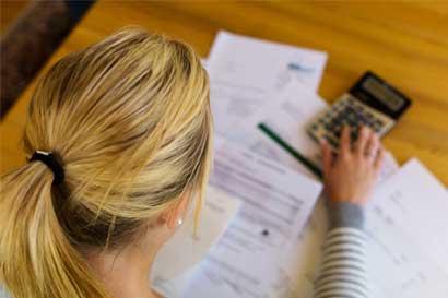 Menos de la mitad de ticos que hacen presupuesto mensual lo cumplen