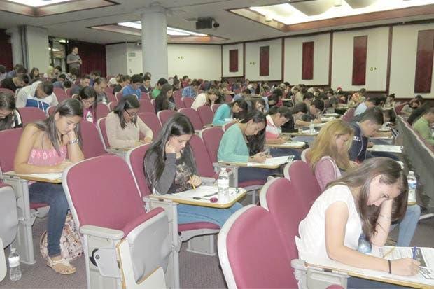 Más de 2 mil jóvenes participan por beca en la Universidad Latina