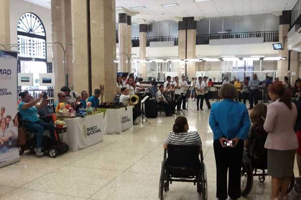 Banco Nacional realiza feria de artesanos con discapacidad