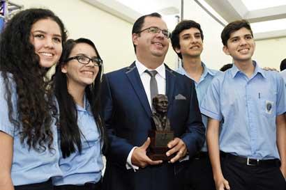 Científico Iván Vargas recibe Premio Nacional de Tecnología