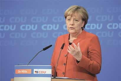 Cuestionan a Angela Merkel por política de refugiados