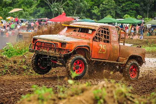 Final de Autocross bajo el barro