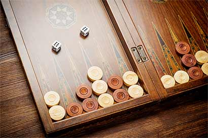 Inversionistas y analistas juegan al backgammon