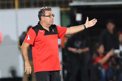 Alajuelense despide a Guilherme Farinha y a Víctor Badilla