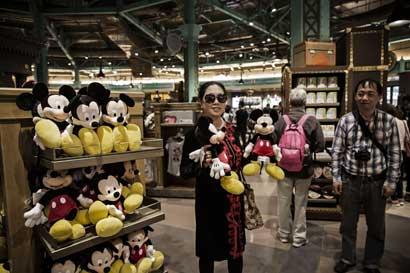 Disney y otras tiendas ponen fin a turnos laborales de guardia