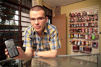 Fabricantes ofrecen celulares especiales para adultos mayores