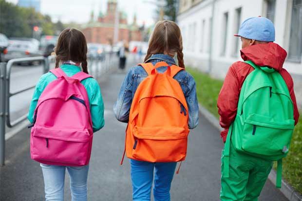 Vigile el peso de los salveques escolares