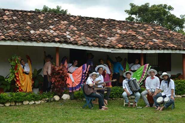 Bailarines y músicos llevarán folclor nacional a Chile