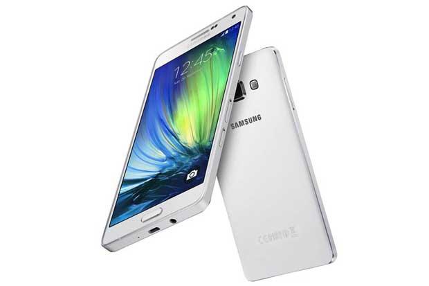 """Samsung presenta línea de smartphones para amantes de los """"selfies"""""""