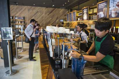 Starbucks prevé contratar 10 mil refugiados tras orden de Trump