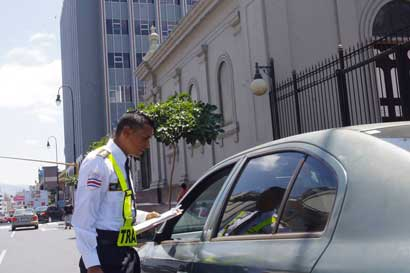 Conductores que excedan capacidad de pasajeros del vehículo pagarían ¢104 mil