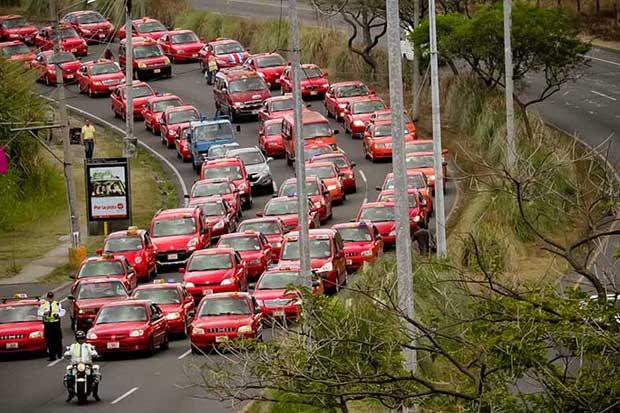 Consumidores rechazan presión de taxistas contra Uber