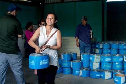 Agricultores reciben alambre de púas tras perder cercas por Huracán Otto