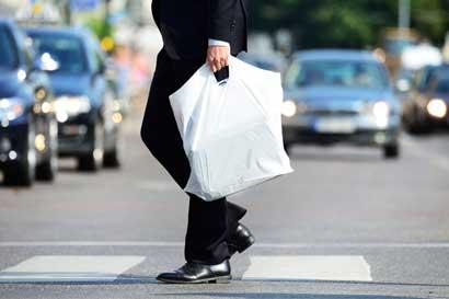 Frente Amplio insta a que se prohíba entrega gratuita de bolsas plásticas