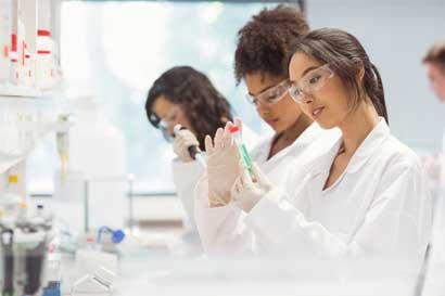 Graduación de mujeres en ciencia y tecnología sigue en aumento