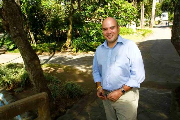 Edgardo Araya se inscribe como precandidato del Frente Amplio