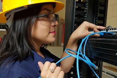 Centros de formación técnica del INA incorporan a mujeres en áreas no tradicionales