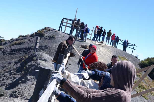 Fifco reconstruyó barandas del Parque Nacional Volcán Irazú