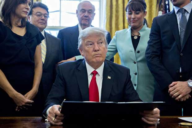Trump anuncia nueva orden migratoria para sortear tribunales