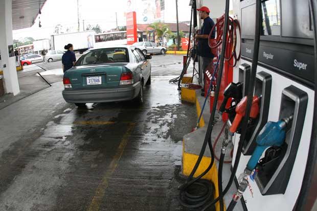 Aresep aprobó rebaja en precios de combustible