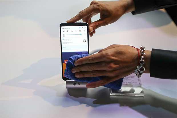 Rivales pujan por vacío que deja Samsung en smartphones
