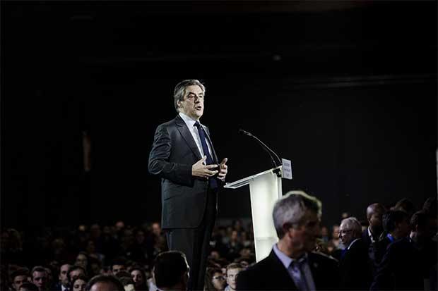Fillon sigue en carrera presidencial francesa pese a cargos