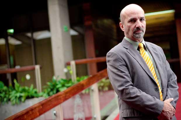 Director de la DIS regresa al país luego de sufrir infarto