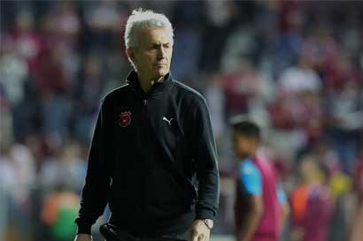 Benito Floro niega que haya renunciado a Alajuelense