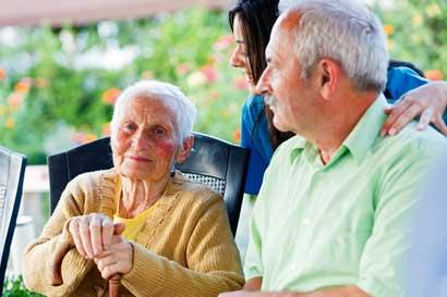 Adultos mayores podrán aprender a leer y escribir con nuevo curso de la Caja