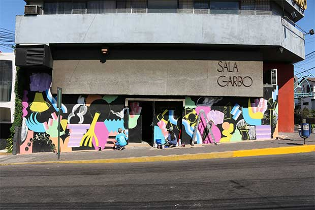 Zosen y Mina Hamada pintan mural en la Sala Garbo