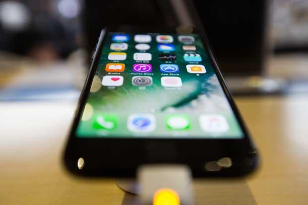 Apple presenta iPad más barato de su historia y iPhone rojo