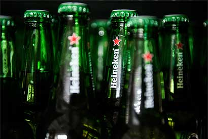 Heineken repele protesta húngara por presunta estrella comunista