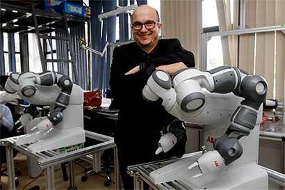 Estudiantes ticos construirán prótesis con un grande de la robótica