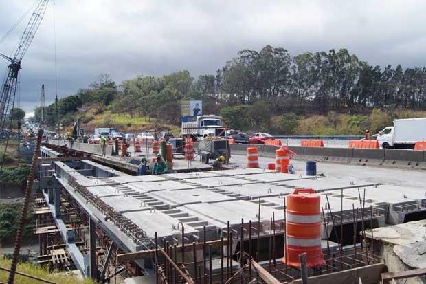 Avanza colocación de losetas en puente Alfredo González