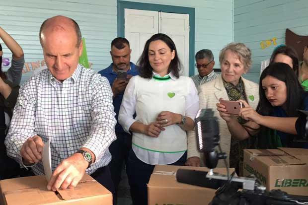 Figueres vota y se declara seguro de ganar