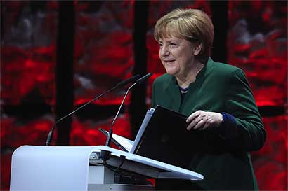 Gabinete de Merkel apoya multas a Facebook por noticias falsas