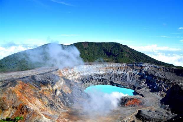 Volcán Poás tiene nueva fumarola