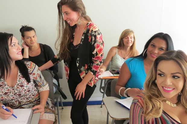 Población trans recibe curso de inglés en INA
