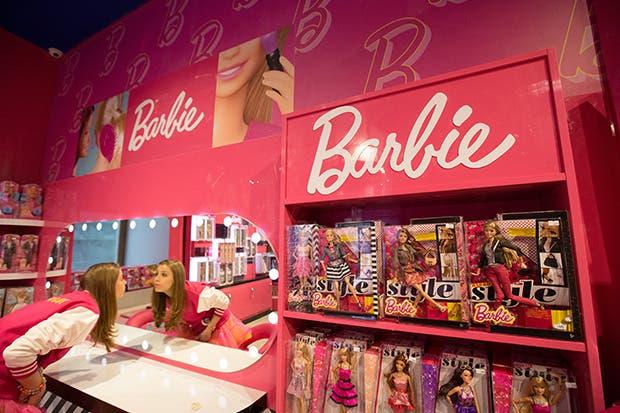 Mattel cae después de que popularidad de Barbie se desvanece