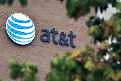 AT&T mantiene pronósticos pese a pérdida récord de usuarios