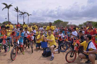 DHL entregó bicicletas a niños de Guanacaste