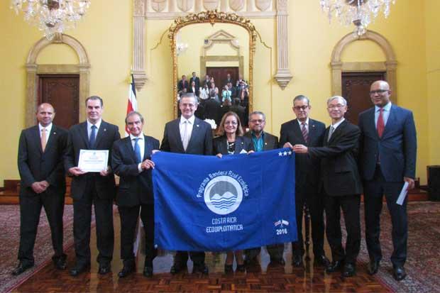 Embajadas ticas recibieron Bandera Azul Ecológica