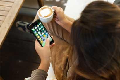 Apple vende menos teléfonos mientras mercado aguarda el iPhone 8