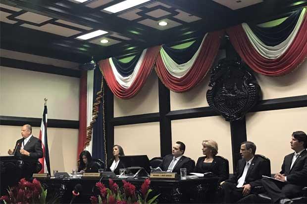 """Presidente Solís: """"Reforma fiscal sostenible es un tema pendiente"""""""