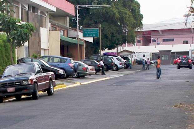 Tránsito sanciona mal estacionamiento pese a limitaciones de ley