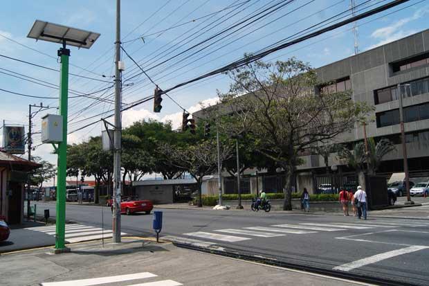 Colocación de paneles solares en semáforos con un 65% de avance