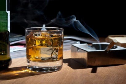 Consumo de alcohol podría incentivar adicción al tabaco